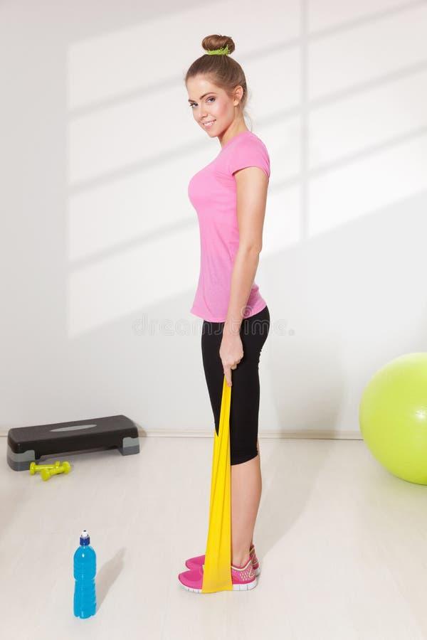 Mooie vrouwentraining met elastiekje stock afbeelding