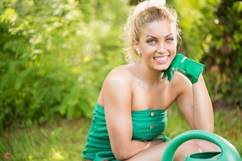 Mooie vrouwentuinman stock foto