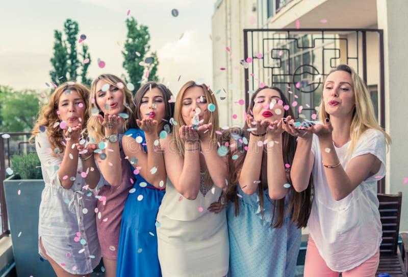 Mooie Vrouwenvrienden die Pret hebben bij Vrijgezellinpartij royalty-vrije stock foto's