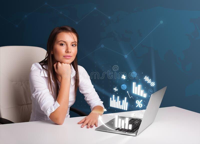 Download Mooie Vrouwenzitting Bij Bureau En Het Typen Op Laptop Stock Foto - Afbeelding bestaande uit internet, apparaat: 39101130