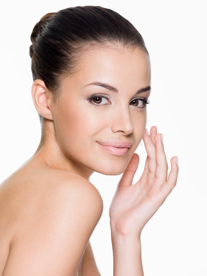 Mooie vrouwenzorgen voor het gezicht stock afbeeldingen