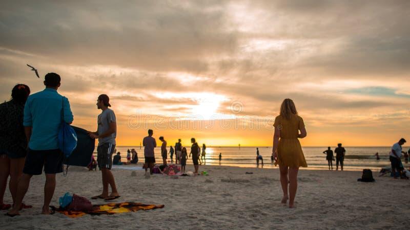 Mooie vurige zonsondergang op bezig clearwaterstrand Florida royalty-vrije stock afbeelding