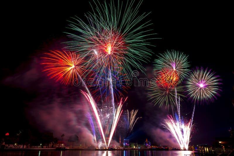 Mooie vuurwerkvertoning voor vierings Gelukkig nieuw jaar 2016, stock foto's
