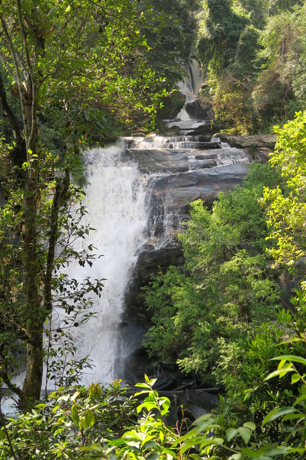 Mooie Watchiritharn-waterval in het noorden van Thailand, stock foto
