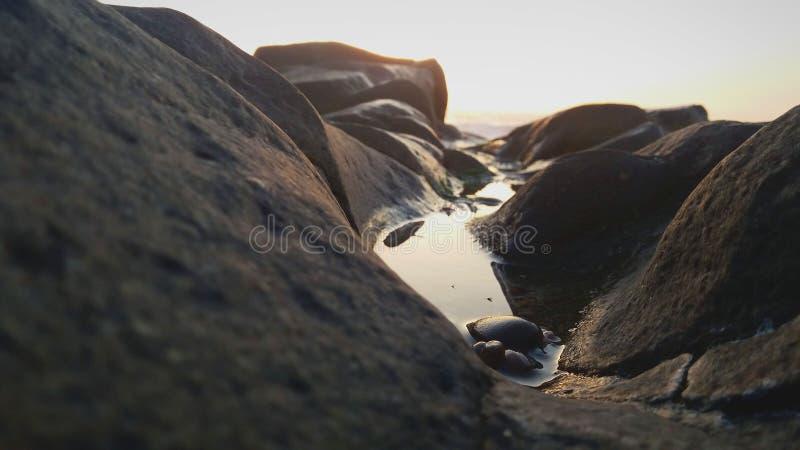 Mooie watercursus tussen de klippen royalty-vrije stock fotografie