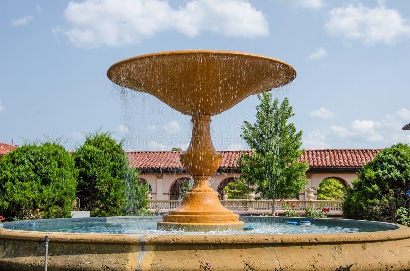 Mooie waterfontein in een bloemtuin stock foto's