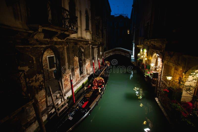 Mooie waterstraat bij nacht Grand Canal in Venetië, Italië stock foto's