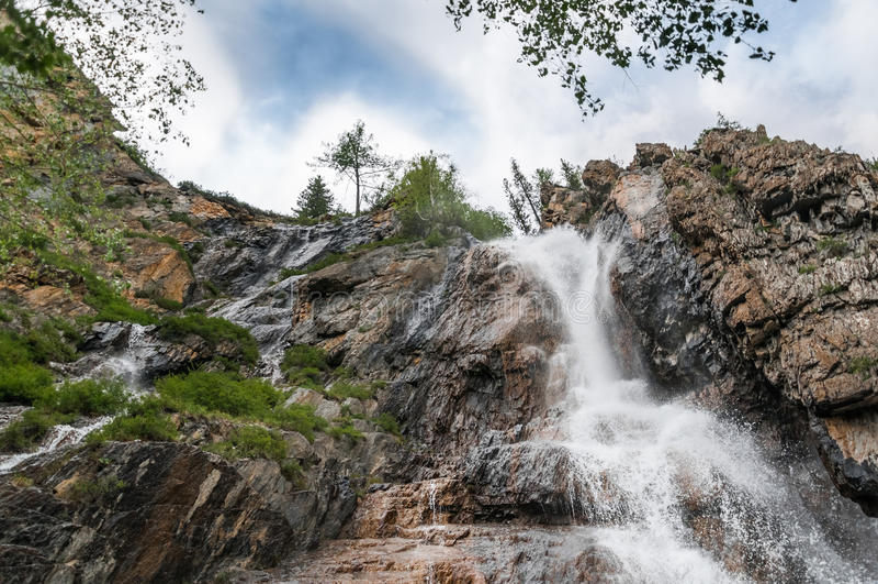 Mooie waterval bij de rotsen in Altai-bergen royalty-vrije stock foto