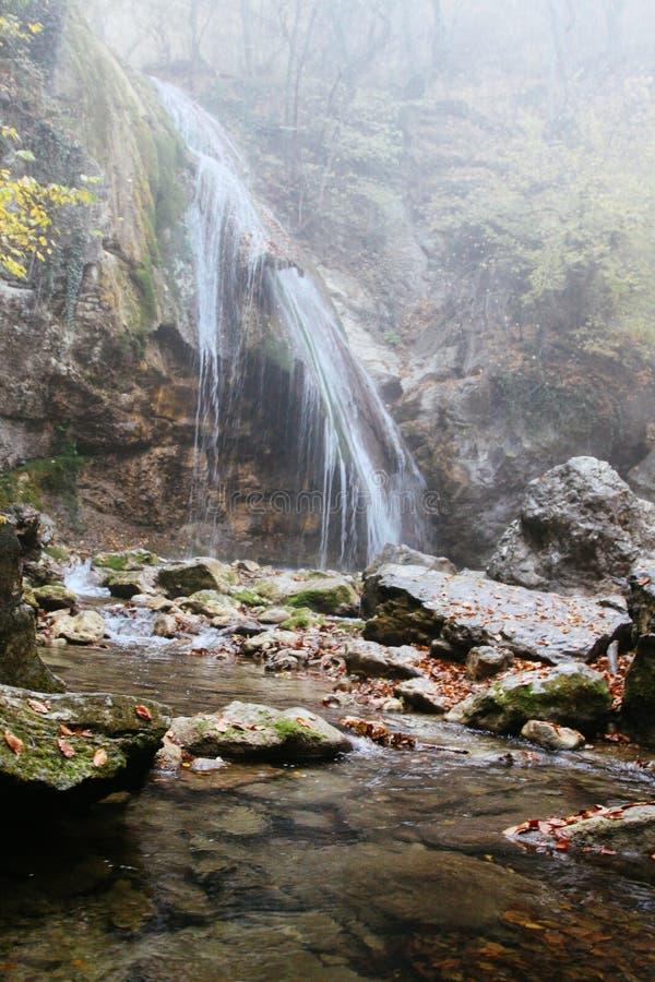 Mooie waterval in de herfstbos in Krimbergen Stenen met mos in het water Duidelijk water royalty-vrije stock fotografie