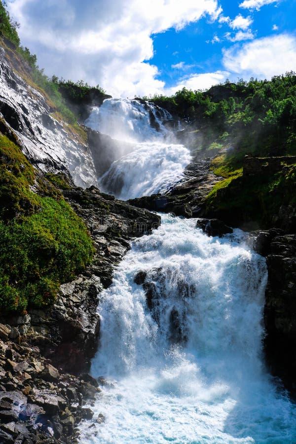 Mooie waterval dichtbij Flåm, Noorwegen stock afbeeldingen