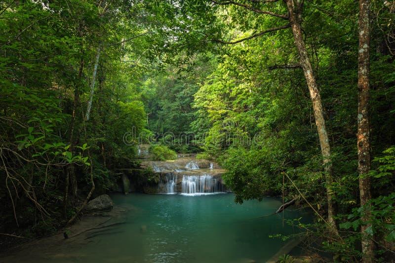 Mooie waterval in diepe wildernis, de waterval van Erawan ` s stock afbeeldingen