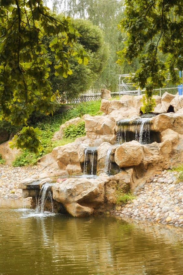 Mooie waterval in het stadspark stock afbeelding