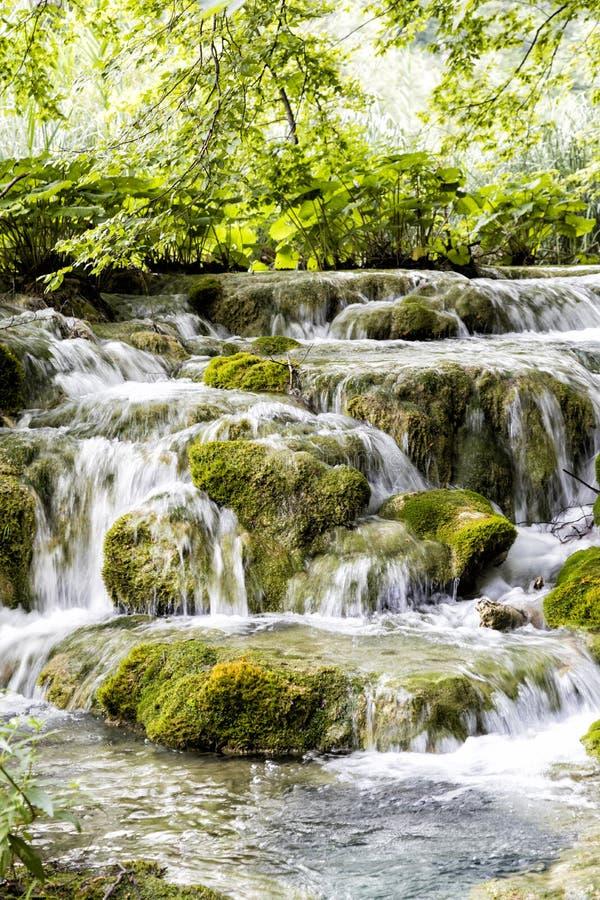 Mooie waterval in Plitvice-Meren Nationaal Park in de zomer royalty-vrije stock fotografie