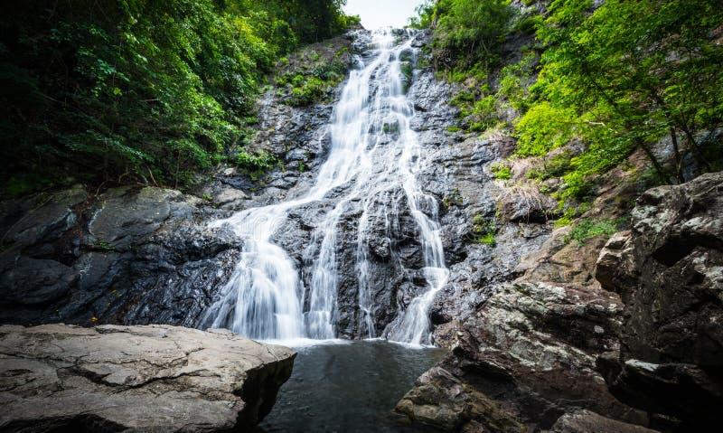 Mooie watervallen 'Sarika-Waterval 'in Nakhonnayok, Thailand royalty-vrije stock foto's