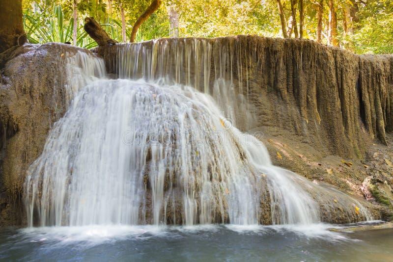 Mooie watervallen in diep bos stock afbeelding