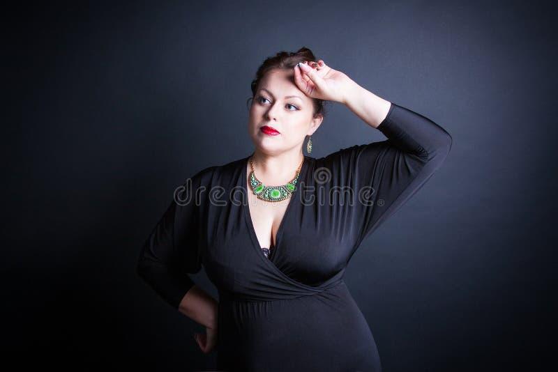 Mooie weelderige vrouw stock afbeelding
