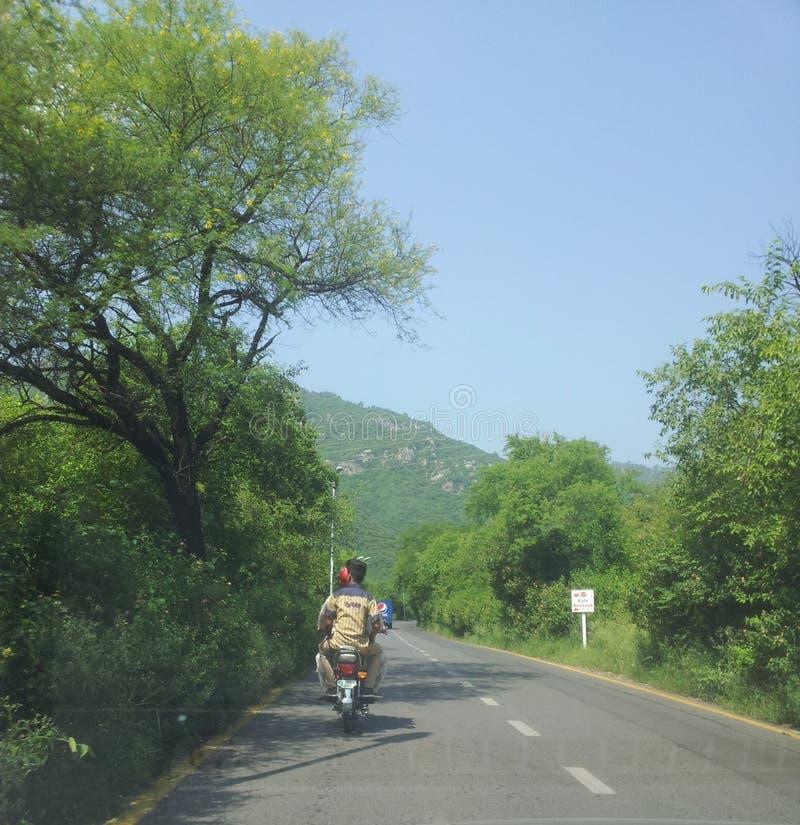 Mooie Weg met Toneelberg in Pakistan royalty-vrije stock afbeeldingen