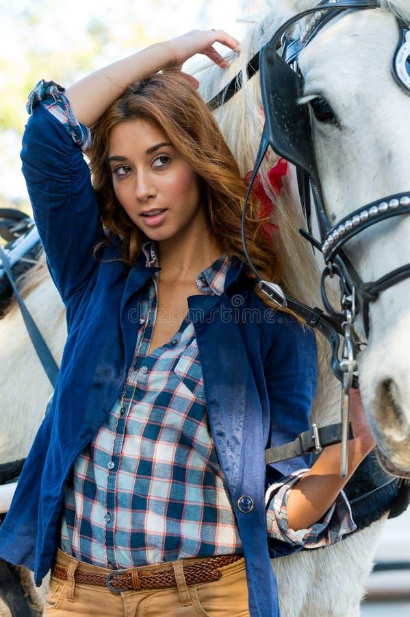 Mooie jonge vrouw met paard royalty-vrije stock afbeeldingen