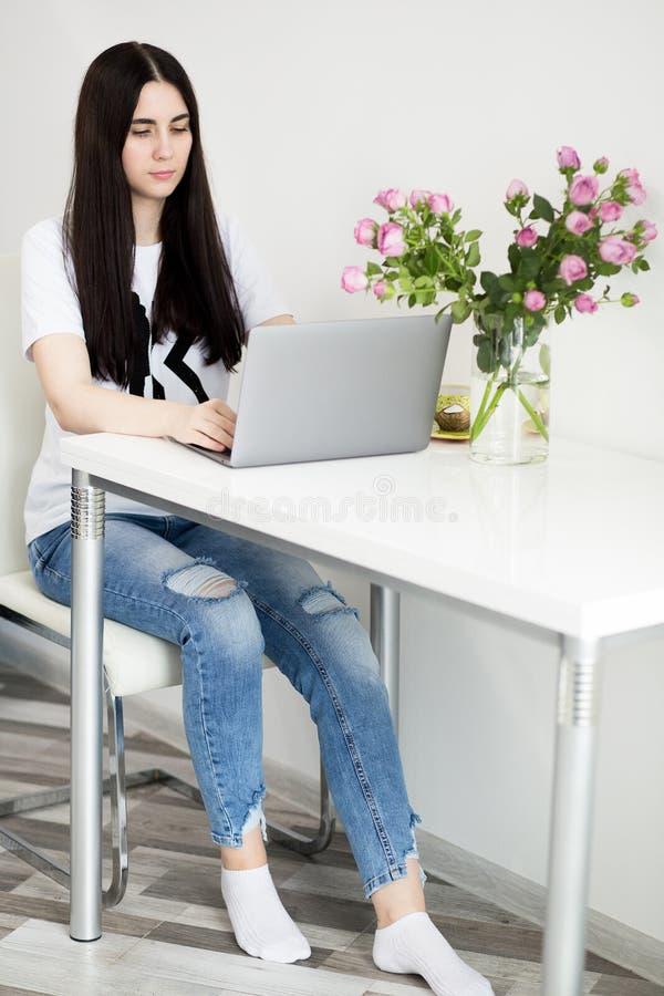 Mooie werkende laptop van de portret Europese vrouw in witte ruimte, freelance meisjes, bedrijfs en levensstijlconcept stock foto's
