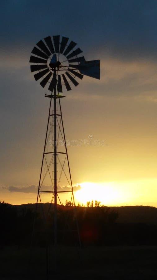 Mooie windmilzonsondergang royalty-vrije stock afbeelding
