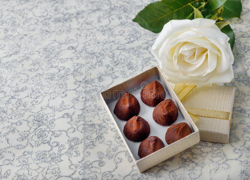 Mooie wit nam met gouden van de giftdoos en chocolade truffels toe voor de Dag van Valentine stock foto's