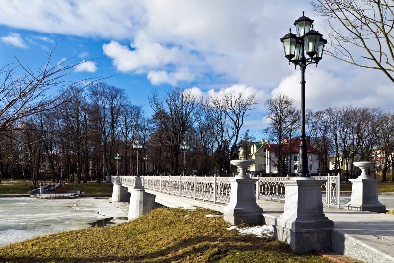 Mooie witte brug op het Verhnee-meer. Kaliningrad (tot 1946 Koenigsberg), Rusland royalty-vrije stock afbeeldingen