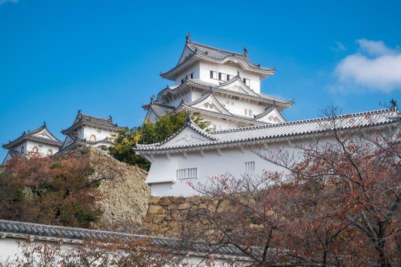 Mooie witte buitenkant van het Kasteel van Himeji in de herfst stock afbeeldingen