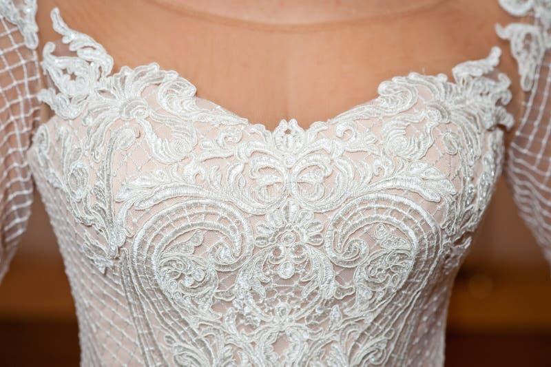 Mooie witte huwelijkskleding met het schot van het borduurwerkclose-up royalty-vrije stock afbeeldingen