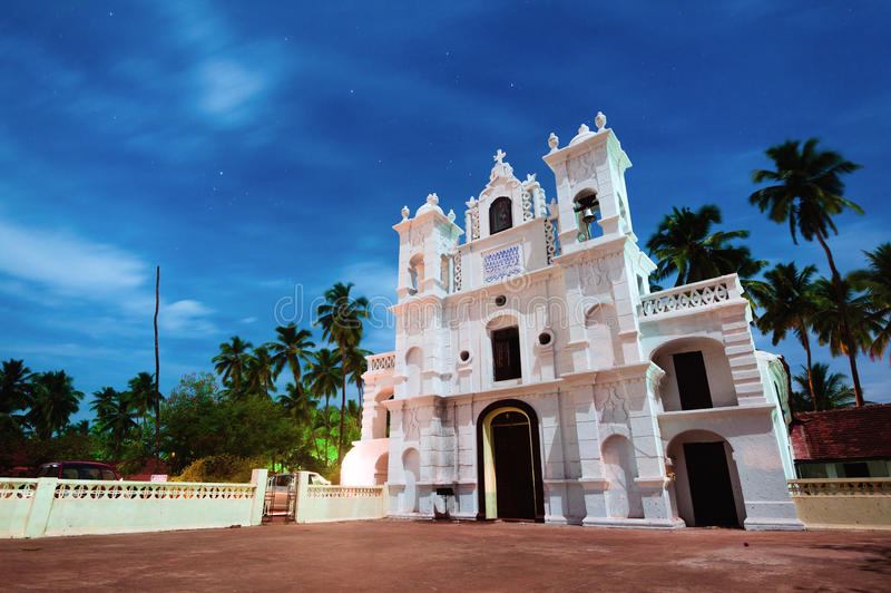 Mooie witte katholieke kathedraal bij nacht in Goa, India stock foto