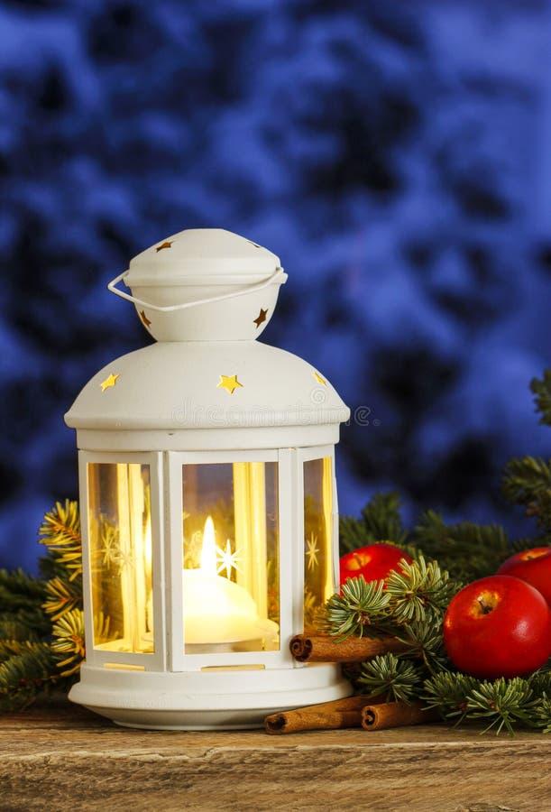 Mooie witte lantaarn op sneeuwavondlandschap royalty-vrije stock afbeeldingen
