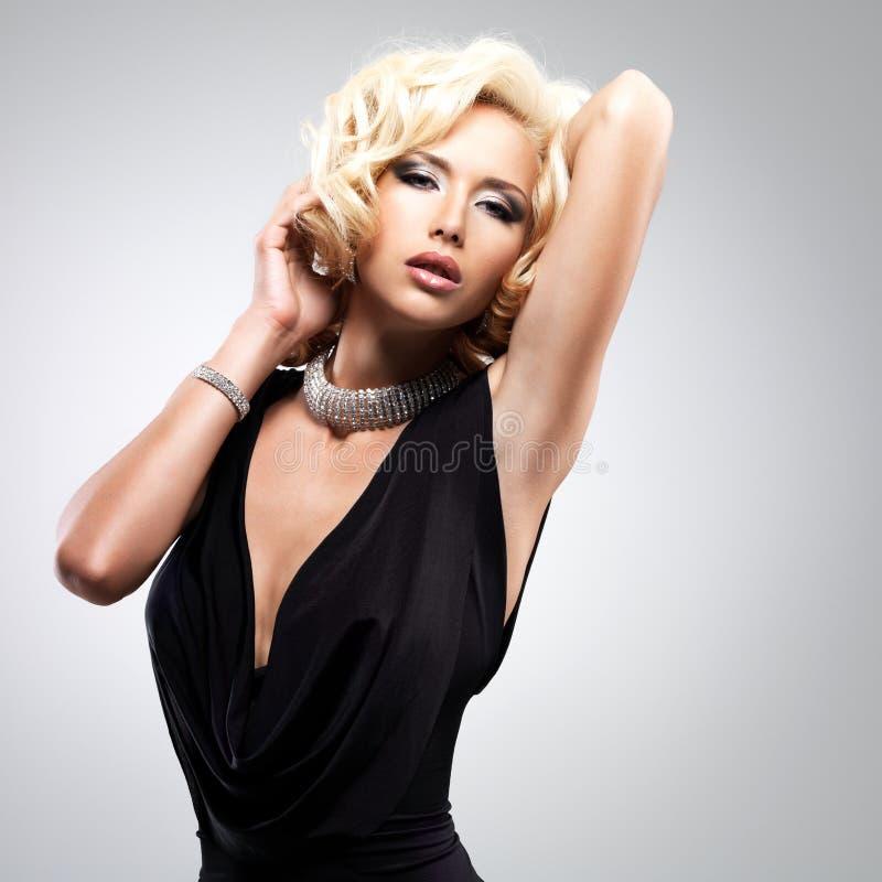 Mooie witte vrouw met krullend kapsel stock foto