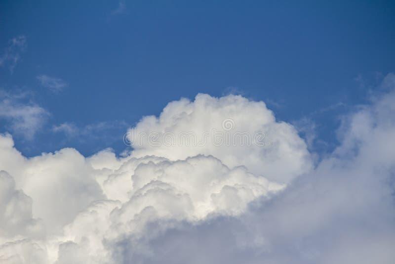 Mooie witte wolken in de blauwe hemel stock foto's