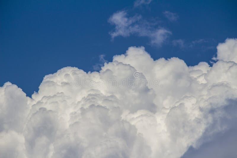 Mooie witte wolken in de blauwe hemel stock fotografie