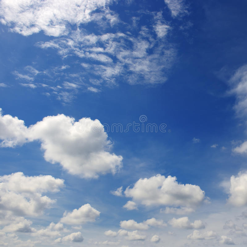 Mooie witte wolken in de donkerblauwe hemel royalty-vrije stock afbeelding