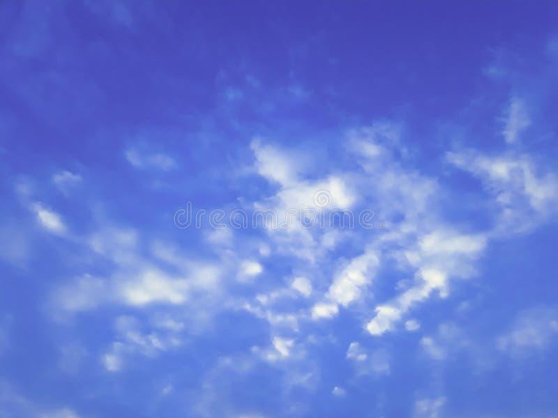 Mooie witte wolken op blauwe hemel met uiterst kleine wolken stock foto's