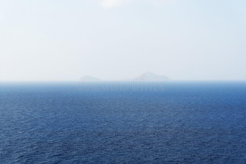 Mooie witte wolken op blauwe hemel over kalme overzees met zonlichtbezinning, Rustige overzeese harmonie van kalme waterspiegel Z royalty-vrije stock foto
