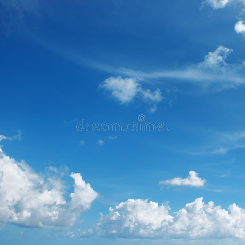 Mooie witte wolken tegen blauwe hemel royalty-vrije stock afbeelding