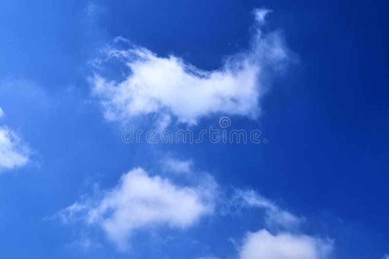 Mooie witte wolkenvormingen in een diepe blauwe hemel op een zonnige dag stock foto