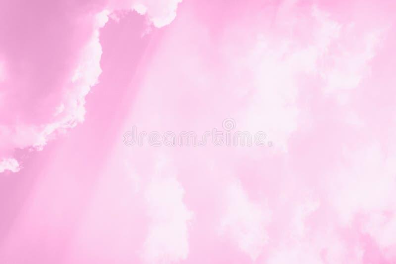 Mooie witte zachte pluizige wolken op een hemelachtergrond Zonlicht, licht en schaduw Gestemd roze royalty-vrije stock afbeelding