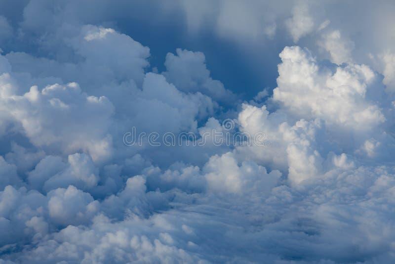 Mooie witte zachte wolk over blauwe hemel royalty-vrije stock fotografie