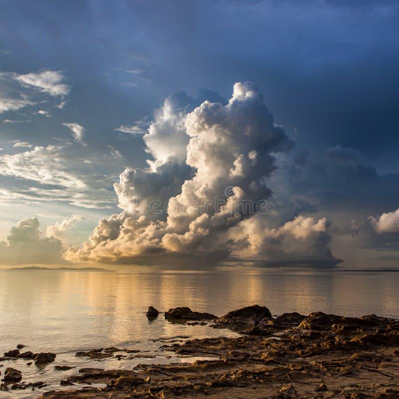 Mooie wolk boven de oceaan in Borneo, Sabah royalty-vrije stock afbeelding