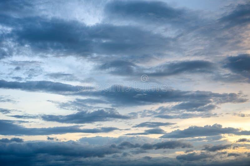 Mooie wolken in de blauwe hemel bij zonsondergang stock afbeelding