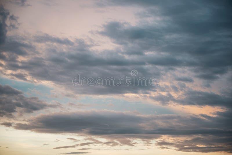 Mooie wolken in de blauwe hemel bij zonsondergang stock fotografie