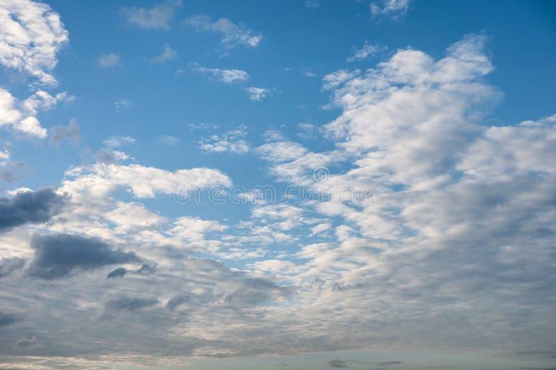 Mooie wolken in de blauwe hemel bij zonsondergang royalty-vrije stock afbeeldingen