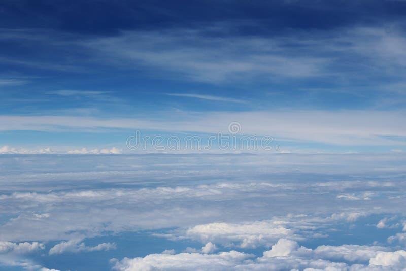 Mooie wolken in de hemel Mening van vliegtuig stock afbeelding