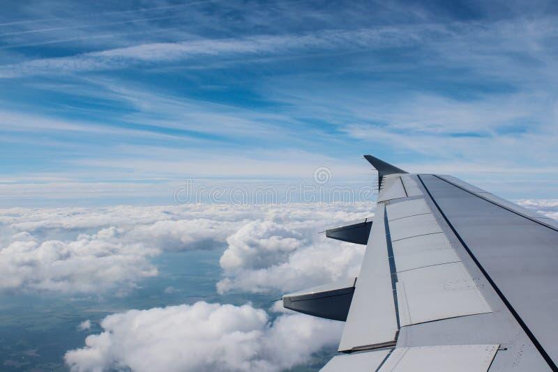 Mooie wolken in de hemel Mening van vliegtuig stock fotografie