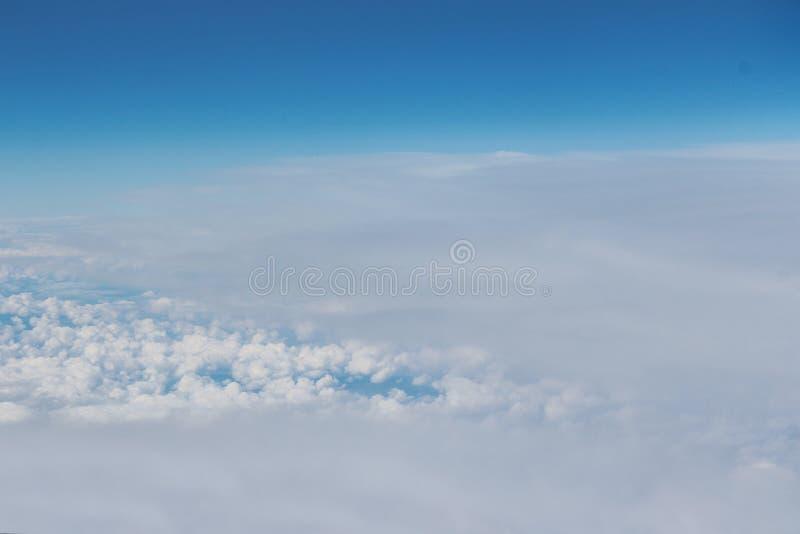 Mooie wolken in de hemel Mening van vliegtuig stock foto's