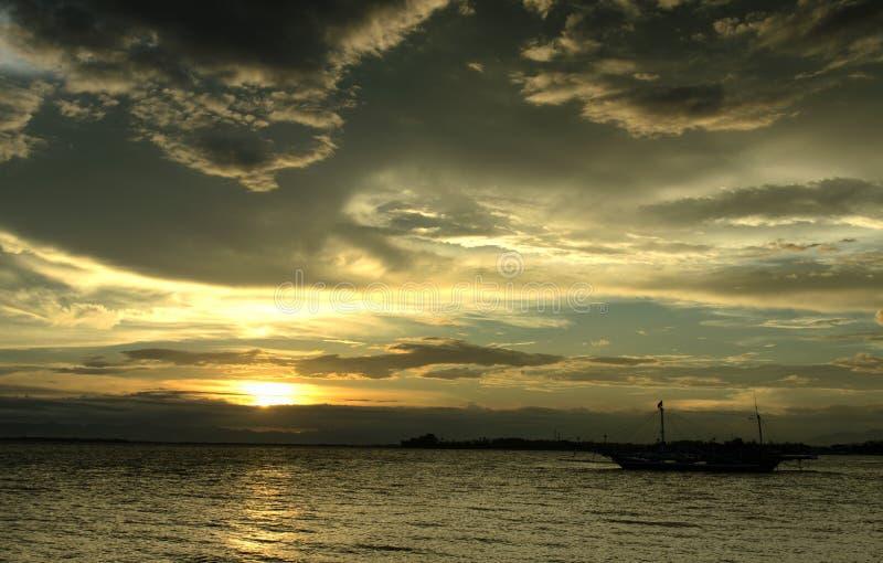 Mooie Wolken en Zonsondergang op het strand stock afbeelding
