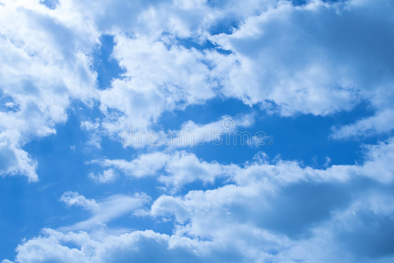 Mooie wolken op een diepe blauwe hemel stock foto