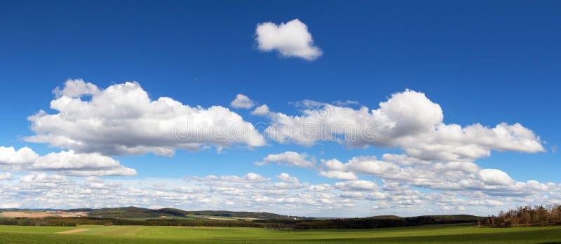 Mooie wolken op hemel, panorama stock afbeelding